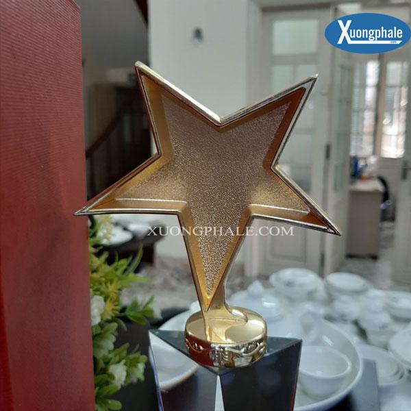 Cup pha lê đính ngôi sao kim loại trên đỉnh